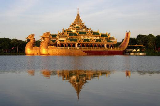 В жаркий сезон она достигает +41° C. В прибрежной зоне, называемой Нижней Бирмой, за год выпадает более 5000 мм осадков. На остальной территории страны эта  цифра колеблется в переделах 900 мм