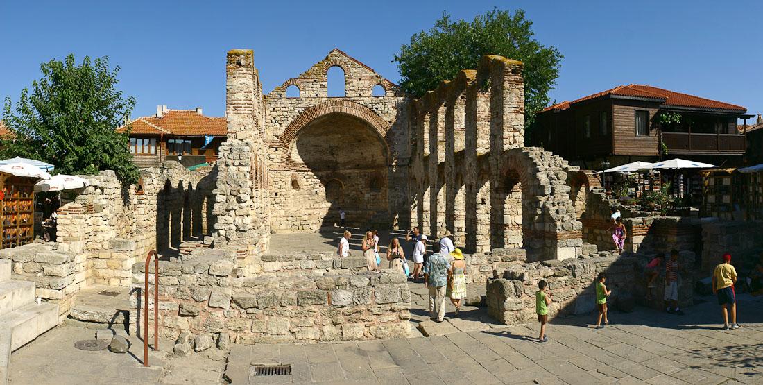Многовековая история Болгарии явилась предпосылкой к возникновению множества достопримечательностей, которые обладают несомненной художественной и культурной ценностью. Одних только музеев насчитывается более двухсот, главные из которых расположены в столице.