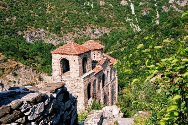 Болгария - страна с преимущественно континентальным климатом и среднегодовой температурой в пределах 13 градусов по Цельсию. Здесь традиционно холодная зима и жаркое лето.