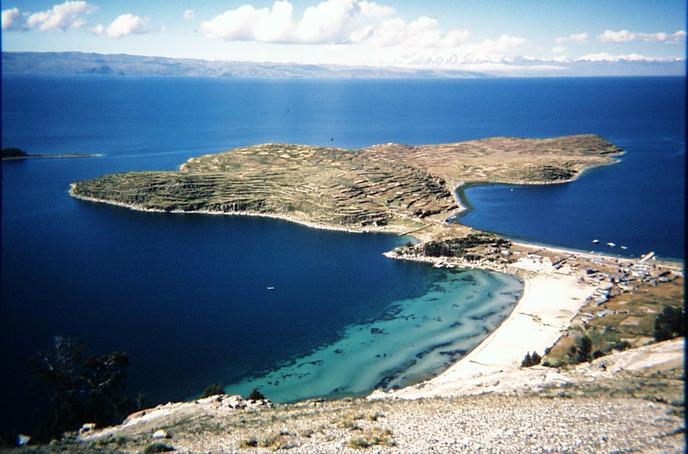 На территории страны протекает озеро Титикака, расположенное на высоте почти в 4000 м над уровнем моря и вмещающее в себя несколько островов. Общая протяженность озера составляет почти 200 км в длину, а его ширина порядка 65 км.