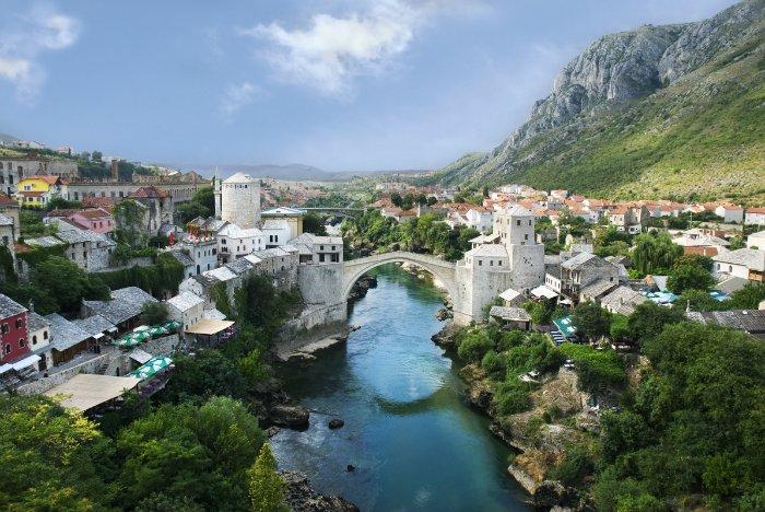 Самые большие города - Сараево (столица, около полумиллиона жителей), Зеница (145,5 тыс. человек), Баня- Лука (142,6 тыс. человек). В качестве денежных единиц хождение имеют хорватская куна, новый югославский динар и немецкая марка (мусульманские районы).