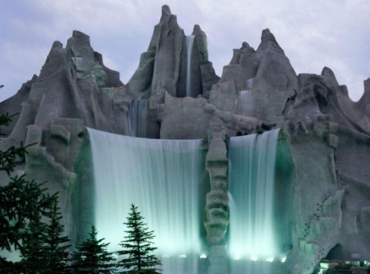 Западная часть Канады украшена Скалистыми горами. Гряда самых высоких гор, которые находятся здесь, называется Сент-Элиас. Самый высокий горный пик здесь составляет 5951 метр. Эта гора называется Логан. Остальные горы несколько меньше: Сент-Элиас – 5489 метров, Лукания – 5226 метров, Кинг-Пик – 5173 метров.