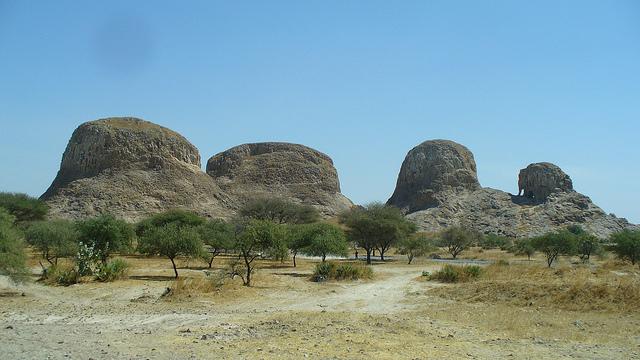 Песчаные и каменистые пустыни лежат на севере республики. Вулкан Эми-Куси, достигающий 3415 м, и считающийся самой высокой точкой страны, расположен на северо-западе, где возвышается горный массив Тибетси. Саванны, полупустыни и болота – таков юг Чада.