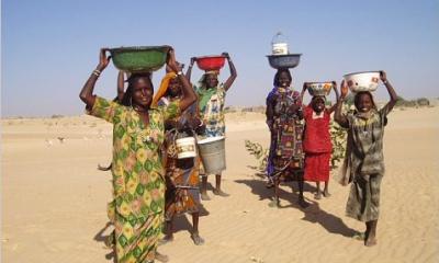 В южных районах республики проживает основная масса ее населения, численность которого превышает 9,5 миллионов. На 1 кв. км ее площади приходится около 8 человек. Очень высока детская смертность. Однако дети младше 14 лет составляют половину жителей страны. Средний возраст, до которого доживают граждане Чада, равен 46-49 годам. 65-летних в стране менее 3%.