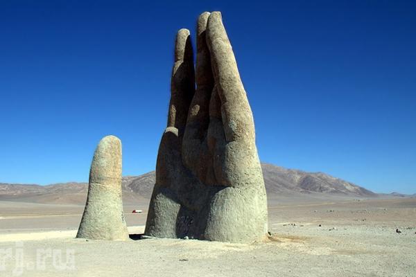 Пустыня Атакама протяженностью 1300 км находится в части северного плато. Эта пустыня по праву признана самым сухим местом на земле. Высота Андийских Кордильер (а именно так называют Анды) на севере страны достигает 6100 м. Гора Охос-дель-Саладо считается наиболее высокой точкой в Чили – ее высота 6893 м, расположена она на границе двух стран - Чили и Аргентины.