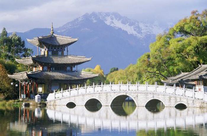 Этнические китайцы, хань, составляют основную массу населения  Китая. Почти 6% жителей являются представителями национальных меньшинств, которых в стране около 55: корейцы, хуэй, тибетцы, монголы, уйгуры, маньчжуры, мяо и др.