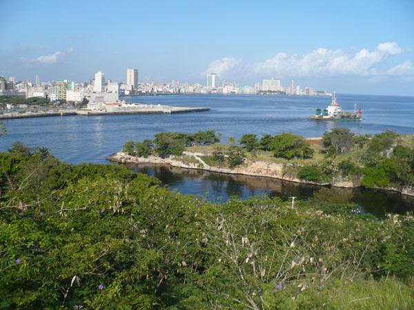 Общая площадь страны составляет около 115 тыс. квадратных километров, и порядка четверти этой территории занято горами и холмами, правда не высокими, так как наивысшая точка Кубы имеет высоту в 2000 метров над уровнем моря и носит название г. Пико. В южной части острова протекает наиболее полноводная из всех рек государства – река Куюто.