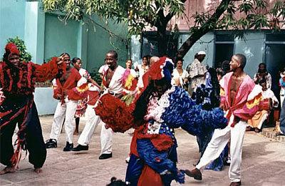 Кубинцам присуще состояние веселья, «не париться по пустякам» и священное слово «Сиеста». Также остров является ценнейшим экспонатом мировой истории, на его территории расположено много древнейших построек временно до нашей эры, многочисленные музеи и памятники и т. д.
