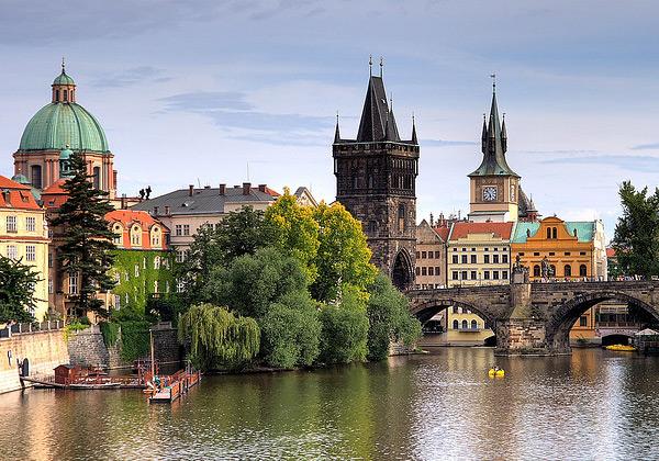 Прага, или как ее еще называют «Злата Прага» - настоящий город-музей. Здания города – произведения искусства. Градчанский замок, собор святого Витта, знаменитый Старый город со зданиями 13-го века никого не оставят равнодушным. Малостранская площадь – еще один комплекс памятников, где расположены сразу несколько достопримечательностей, важных для истории Чешского государства, такие как Малостранская ратуша, Богемская конфессия, Смиржицкий  и Штербергский дворцы.
