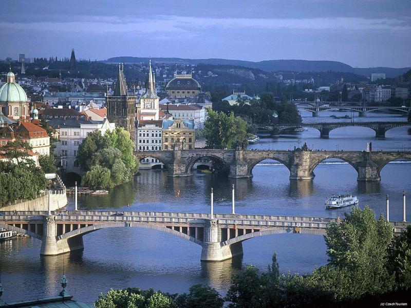 Ценителям архитектурного великолепия средневековых замков, безусловно, стоит посетить Карлштейн. В 28-и километрах от Праги расположен один из самых известных замков, основанных в 1349 году Чарльзом IV. В замке иногда продается настоящий Богемский хрусталь.