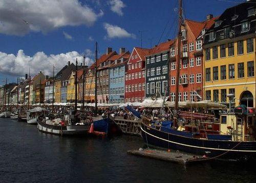 Столицей Дании является один из крупнейших городов - Копенгаген, в нем проживает 1,34 млн. человек. Кроме Копенгагена крупными городами являются Орхус, Ольборг и Оденсе.