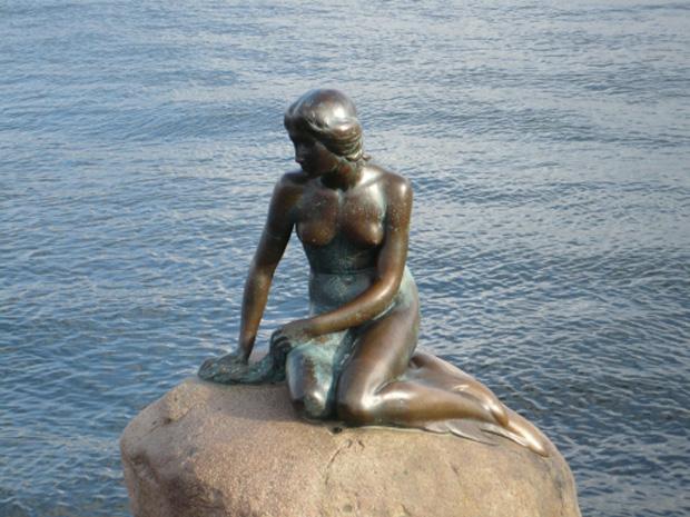 Дания - обладательница многочисленных исторических и культурных реликвий. Среди них музеи, соборы, замки, церкви и дворцы. Так, в замке Розенборг, находящемся в Копенгагене, хранится обширная коллекция мебели, драгоценностей и оружия.