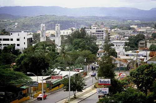 Крупными городами страны являются Сан-Кристобль, Хуан-Долио, Бараона, Ла-Романа, Пунта-Кана и другие. Наиболее заселена Западная часть острова, омываемая водами Атлантического океана. Большинство городов, портов и международных аэропортов расположено в Юго-Западной части страны, когда как восточная часть вообще практически не заселена, начиная с центра и вплоть до самой границы с государством Гаити.
