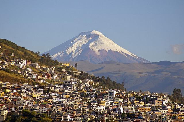 Климатические условия на Эквадоре значительно отличаются друг от друга. Например, в Коста средняя годовая температура держится около 26° С, этот район влажный и жаркий. Средняя годовая температура в Сиерре колеблется от 7° С до 21°,  здесь температура зависит от высоты над уровнем моря. В отличие от Коста, климат в Ориенте более влажный и теплый, средняя годовая температура держится около 38° С.