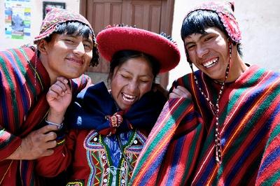 Численность населения в Эквадоре около 13,3 млн. человек, главным образом индейцы кечуа (25%) и метисы (65%), а также выходцы из Европы (до 7%) и Африки (3%). Галапагосские острова населены очень многочисленными этническими группами – (общая численность жителей этих островов около 9800 человек), представляющими собой выходцев практически со всего земного шара. Средняя плотность – 30.3 чел на км2. 47% населения живут в районе Коста, 49% - в районе Сиерра.