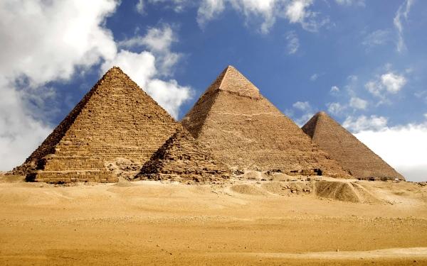 В долине Нила и его дельте находится большая часть достопримечательностей Египта – Город Мертвых, различные музеи, пирамиды, Сфинкс, развалины древних египетских городов, храмы и т.п. Знаменитые пляжи Красного моря привлекают множество туристов, даря им возможность совершить увлекательное подводное путешествие.