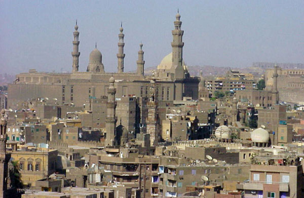 Александрия, Порт-Саид, Гиза, Суэц – крупнейшие города страны с многочисленным населением. Например, в столице Египта – Каире, проживает около семи миллионов человек.