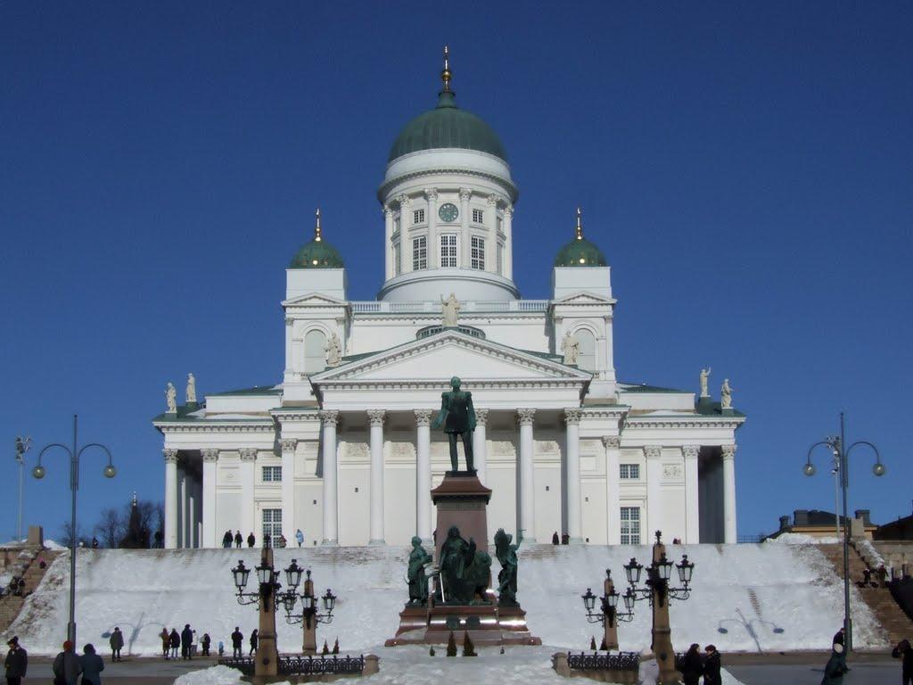 Финляндия расположена в северной части Европы. Соседями этого государства является Россия, Норвегия и Швеция.