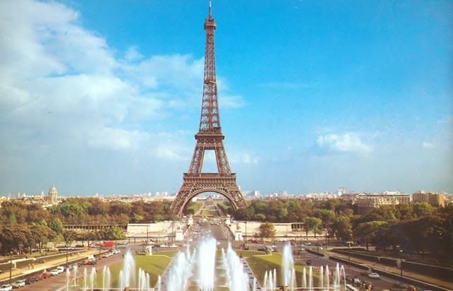 Конечно же, большинство туристов привлекает Париж – с его романтикой и историей. Окрестности Парижа – Версаль, Шартр, Живерни, замок Фонтебло – наиболее посещаемые туристами места.