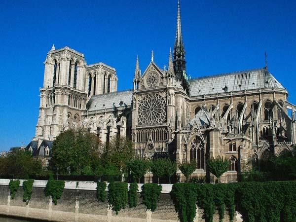 В Париже туристы, в первую очередь, стремятся посетить такие достопримечательности, как Эйфелева Башня, Триумфальная Арка, классический Собор Парижской Богоматери.