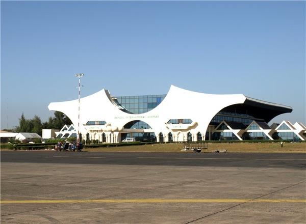 Крупные города – Серекунда  (около 340 тысяч человек), столица государства Банжул (45 тысяч) и Бакау. Современный аэропорт в Банжуле