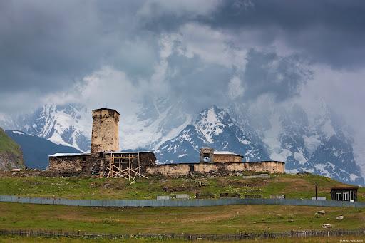 Гора Шхара, достигающая 5068 м, считается самой высокой точкой страны. Колхидская низменность лежит на западе Грузии.