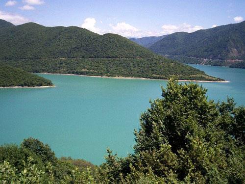 Каспийскому  и Черноморскому бассейнам принадлежат реки Грузии. Мингечаурское водохранилище расположено на реке Куре (Мтквари).