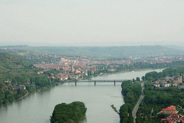Наиболее крупными реками являются: Рейн (с притоками Майн, Мозель и др.), Дунай и Эльба. Самым крупным озером является Боденское озеро, которое Германия делит с Австрией и Швейцарией.