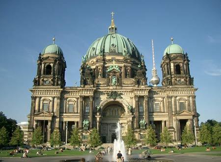 Государственным языком является немецкий. Самые большие города это: Берлин (официальная столица, более трех миллионов жителей), Бонн (административная столица, около трехсот тысяч человек), Гамбург (более одного миллиона шестисот тысяч человек), Мюнхен (миллион двести тысяч жителей) и  Кельн (около миллиона).