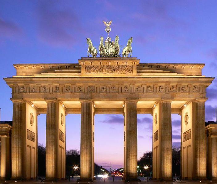Германия  богата произведениями искусства, причем разнообразие коллекций  поражает воображение - от древнеегипетских экспонатов до собрания картин девятнадцатого - двадцатых веков.