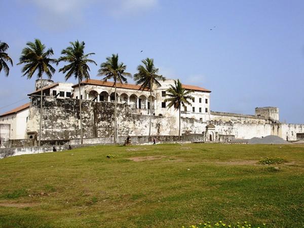 . Первыми колонизацию побережья начали португальцы (1482 год). Они назвали страну «Золотой берег» и активно добывали и вывозили золото, а также рабов.  Это вызвало интерес к стране и других европейских держав, и в 1844 году губернатор Великобритании заключил с племенами  фанти договор. Страна стала считаться британским протекторатом.