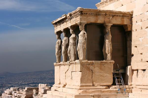 В Греции несколько крупных городов: Афины - столица страны с населением около 3,7 млн. человек, Фессалоники, Пирей, Ираклион, Лариса и Пелопоннес.