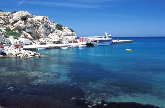 Солнечные долины, густо поросшие зеленью, и горные возвышенности Фессалии и Македонии, причудливо изрезанная береговая линия и обилие красивейших островов - все это делает Грецию привлекательной для множества туристов.