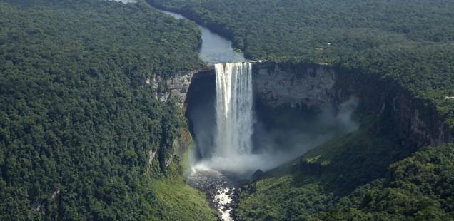 Восточные границы делятся с Суринамом, южные и западные – с Бразилией и Венесуэлой.  Общая занимаемая территория составляет чуть более двухсот тысяч квадратных километров. Общее число жителей страны превышает семьсот тысяч человек.