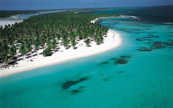 В состав Гаити входит также острова Гонав, Каемит и Тортуга. Речные артерии включают в себя небольшие горные реки, самая крупная из которых - река Артибонит,  кроме этого, на Гаити есть два достаточно больших озера - Соматр (соленое) и Плигр (пресноводное).