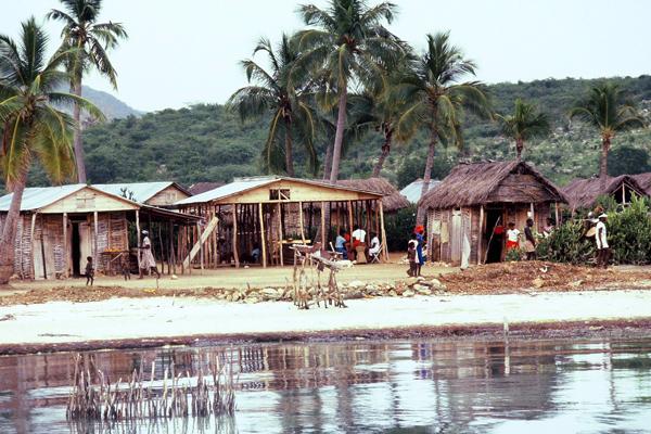 Самыми крупными городами Гаити являются: Порт-о-Пренс (более семисот тысяч человек), Кап-Аитьен (почти семьдесят тысяч жителей), Ле-Ке (более тридцати пяти тысяч человек), Гонаив (более тридцати тысяч человек).
