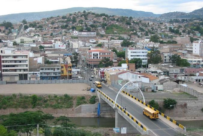 Наиболее крупными городами являются Тегусигальпа (столица Гондураса, около миллиона, без пригорода Комаягуа), Сан-Педро-Сула (более трехсот пятидесяти тысяч человек, один из крупнейших промышленных центров страны), Ла-Сейба (около ста тысяч человек, портовый город), Пуэрто-Кортес (более тридцати тысяч человек, также портовый город).