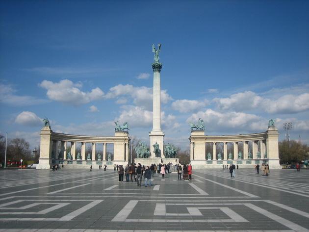 В стране проживает более десяти миллионов человек (данные на 1998 год), большая часть из них - венгры (или мадьяры)- практически девяносто процентов населения, присутствуют небольшие (в процентном отношении) группы цыган, немцев, сербов, словаков, румын. Основным языком является венгерский, большая часть населения владеет дополнительно иностранными языками (в частности, немецкий, английский, русский).