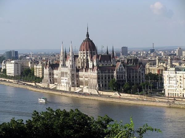 Главенствующая религия- католицизм. Наиболее крупными городами является Будапешт (столица, более двух миллионов человек), Дебрецен (более двухсот тысяч человек), Мишкольц (почти двести тысяч человек), Сегед (более ста восьмидесяти пяти тысяч человек), Печ (сто семьдесят тысяч человек). Венгрия является республикой с парламентарной формой правления. Естественный прирост отрицательный, продолжительность жизни женщин больше, чем у мужчин (74 года против 65 лет).