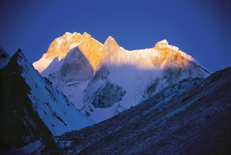 Вдоль восточной и северной границ Индии тянутся горные хребты Гималаев. Гора Канченд-жанга, достигающая 8598 м - одна из высочайших вершин мира. Равнинная полоса речных долин лежит на юге страны.
