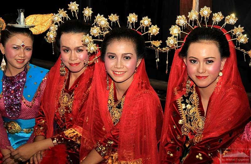 45% населения Индонезии составляют яванцы. Это самая многочисленная из 330 этнических групп, проживающих на территории страны. 14% приходится на долю суданцев.