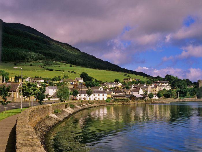 Коренное население большей частью, является кельтами или англичанами. Что касается государственного языка, то их в стране целых два - ирландский и английский. Первый еще называют гэльским.