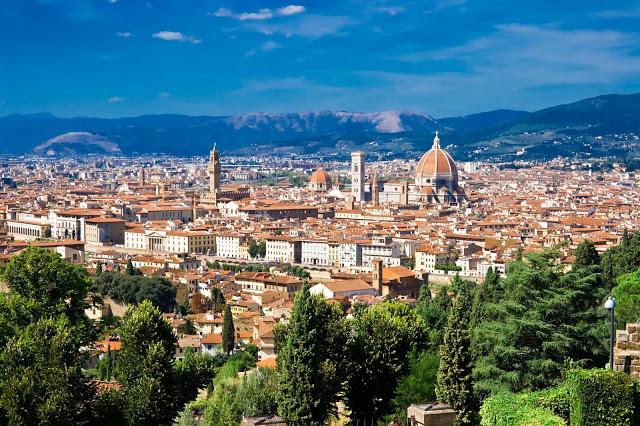 Население  государства составляет 58 млн. человек  на 2004 год, в основном это итальянцы. Государственным и официальным языком является итальянский. Он относится к группе романских языков, и прошел мало изменений с 14 века.