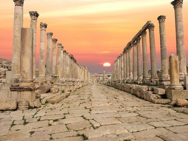 На северо-западе Иордании  находится ее столица - Амман. В этом крупнейшем городе более миллиона жителей. К числу других крупных городов относятся  Аль-Акаба, Аз-Зарка и Ирбид.