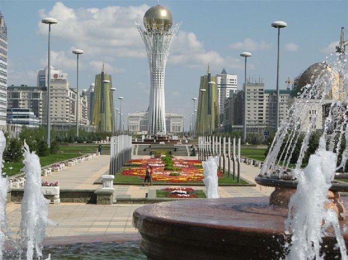 Казахский язык считается в стране государственным. Около 95% жителей владеют русским языком, который считается в стране «языком межнационального общения».