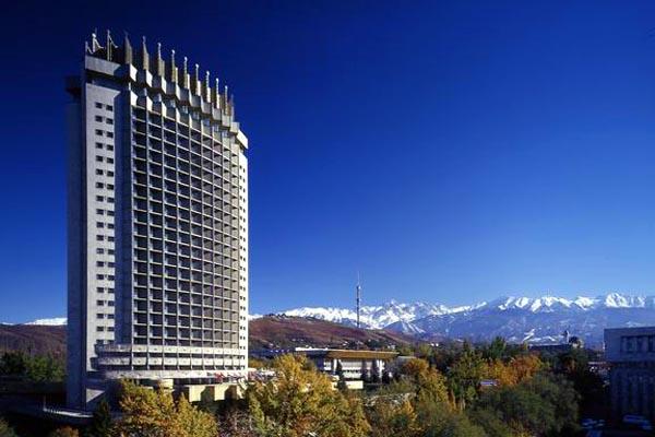 Более половины населения Казахстана живет в городах. Столицей страны до 1997 года был город Алматы (Алма-Ата), затем ею стала Астана. Среди других крупных городов: Чимкент, Ошкемен, Павлодар, Семипалатинск, Караганда и пр.