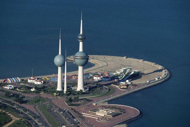 Залив Кувейт вдается узкой полосой вглубь суши на 50 км в центральной части побережья. Источников пресной воды и постоянных водотоков в стране нет, поэтому приходится опреснять морскую воду.