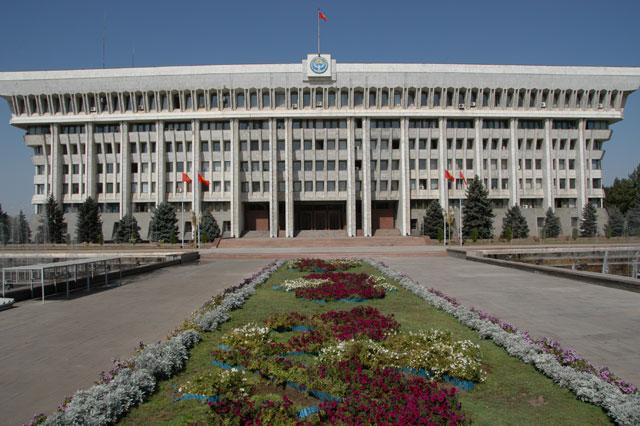 Городское население Киргизии составляет всего 33%. Бишкек – столица республики. В ней более 600 тысяч жителей.  Другой крупный город страны – Ош, с населением в 218 тысяч человек.