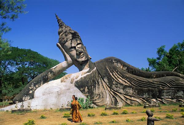Буддизм исповедует около 60% населения. Анимистических религиозных верований придерживается почти 40% жителей. На долю приверженцев индуизма, ислама и христианства приходится лишь 1,5%.