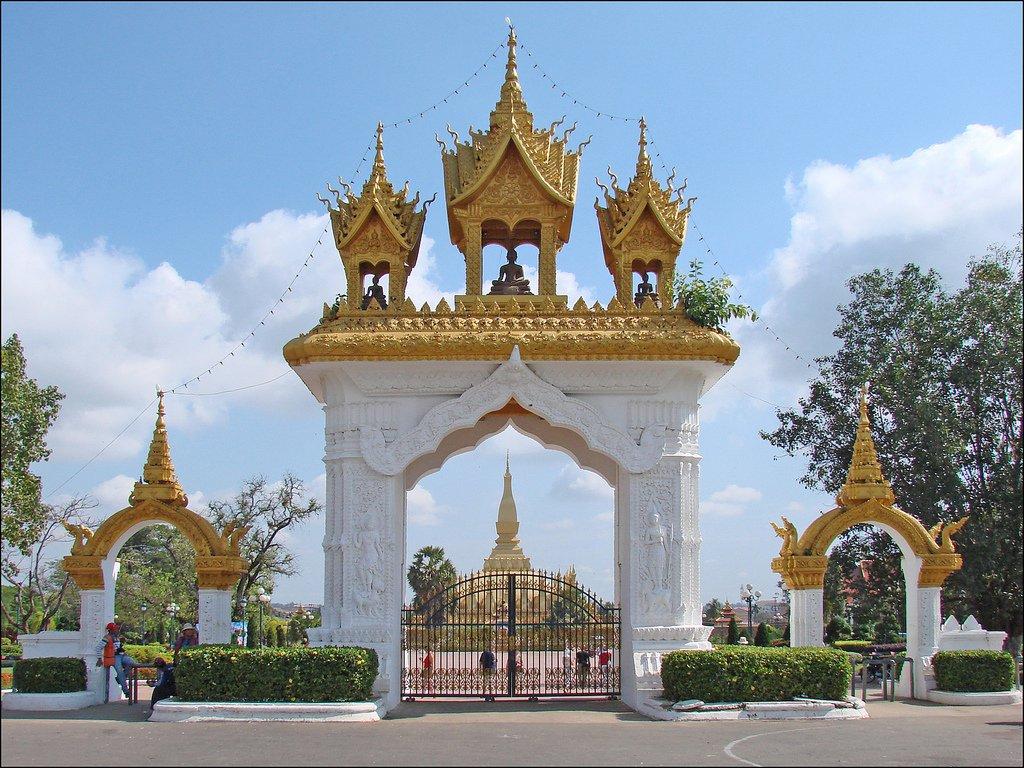 Коммунистический режим лежит в основе государственного устройства Лаоса. НРПЛ - Народно-Революционная Партия Лаоса управляет страной. Деятельность других политических партий запрещена. Президент, избираемый парламентом, официально возглавляет республику.